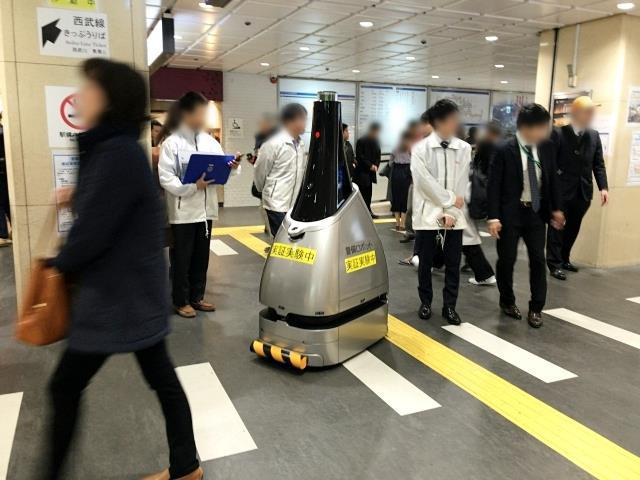 Gây xôn xao nhà ga Tokyo gần đây chính là chú robot tuần tra bụng bự này - Ảnh 2.