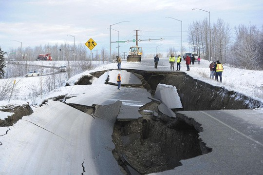 Mỹ: Đường sập tan nát do động đất, lấp lại như mới trong 4 ngày - Ảnh 3.