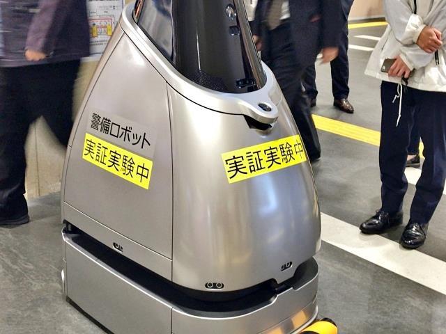 Gây xôn xao nhà ga Tokyo gần đây chính là chú robot tuần tra bụng bự này - Ảnh 3.