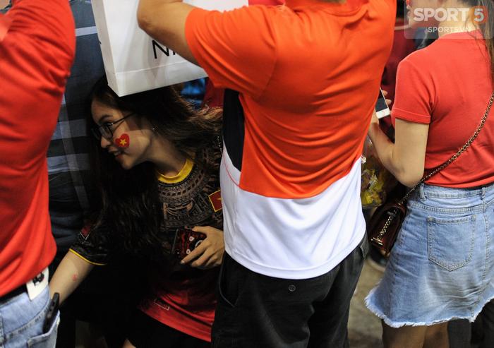 Bạn gái Quang Hải ăn mừng cực sung khi người yêu ghi bàn vào lưới Philippines - Ảnh 5.