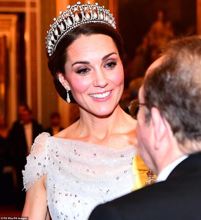 Trong khi em dâu Meghan ủ rũ, kém sắc, Công nương Kate lại tỏa sáng, xinh đẹp hết phần người khác như thế này đây - Ảnh 6.