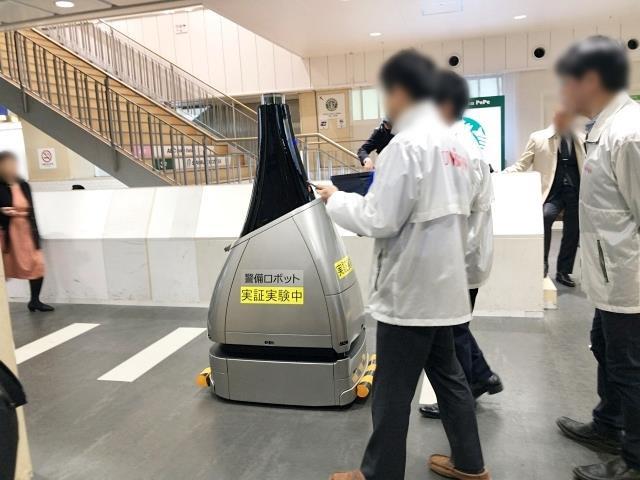Gây xôn xao nhà ga Tokyo gần đây chính là chú robot tuần tra bụng bự này - Ảnh 4.
