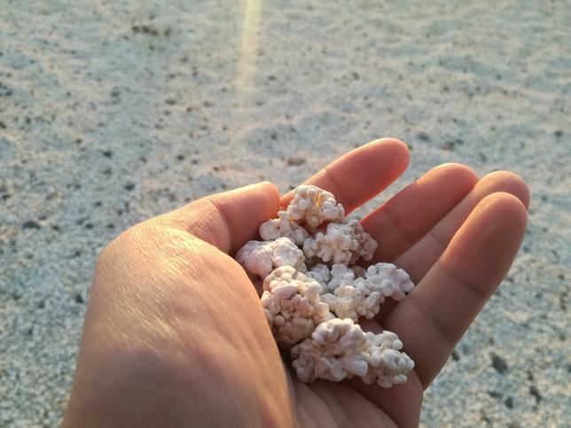 Bãi biển bỏng ngô nổi tiếng tại Tây Ban Nha: Trông hấp dẫn thế thôi chứ cắn vào là gãy răng ngay! - Ảnh 1.