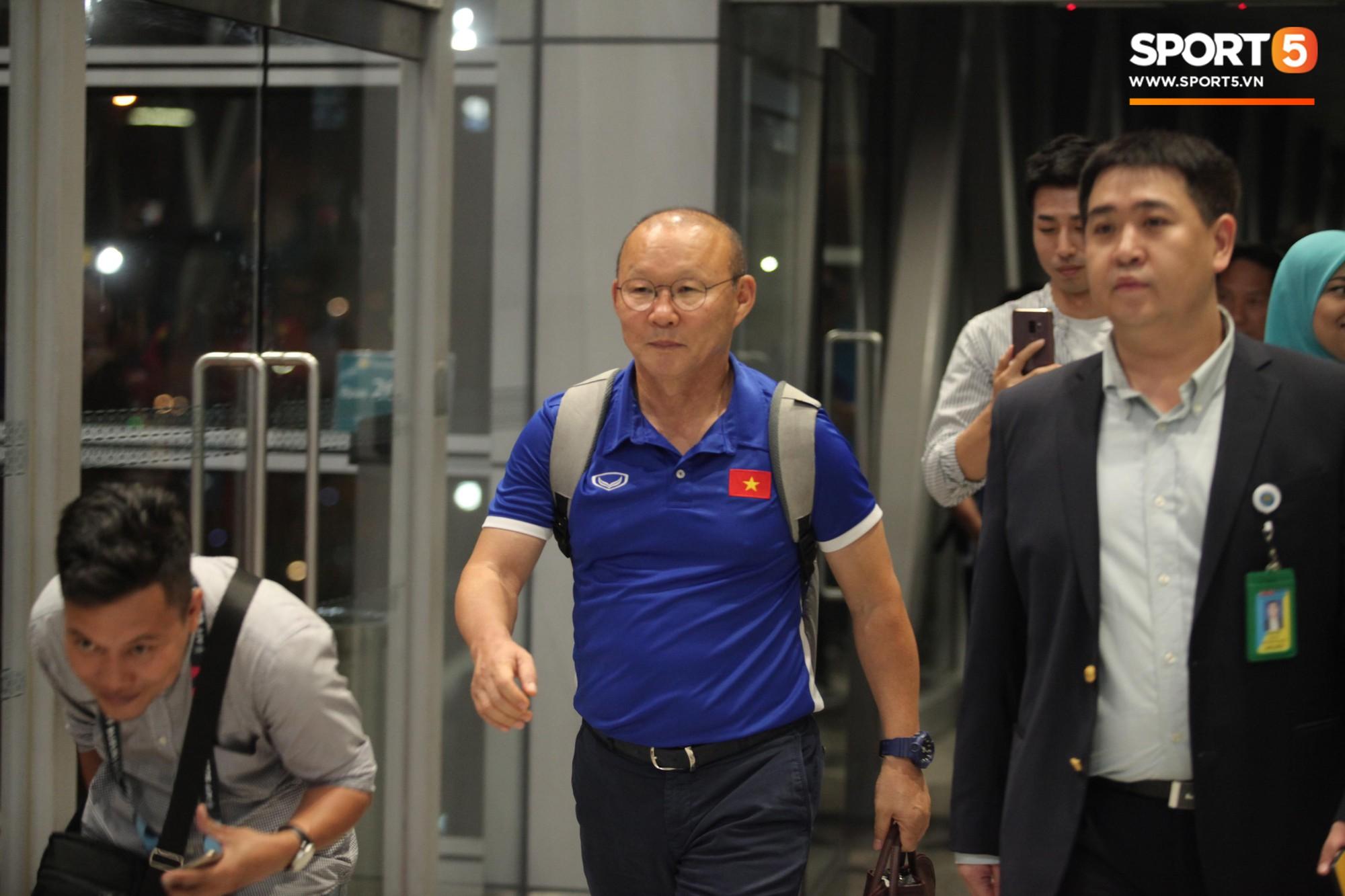HLV Park Hang-seo nhường ghế thương gia cho học trò chấn thương trên chuyến bay tới Malaysia - Ảnh 3.