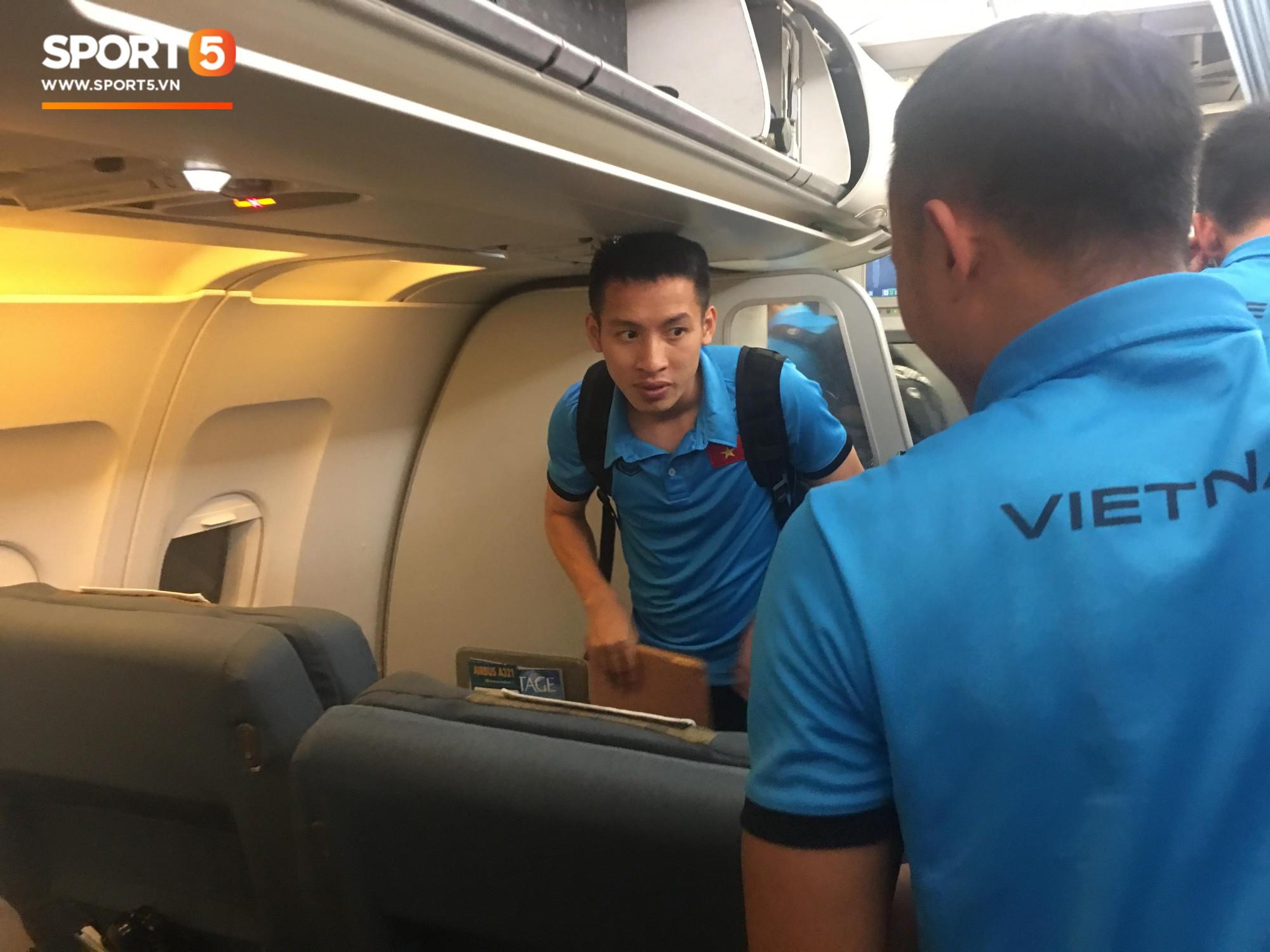 HLV Park Hang-seo nhường ghế thương gia cho học trò chấn thương trên chuyến bay tới Malaysia - Ảnh 1.