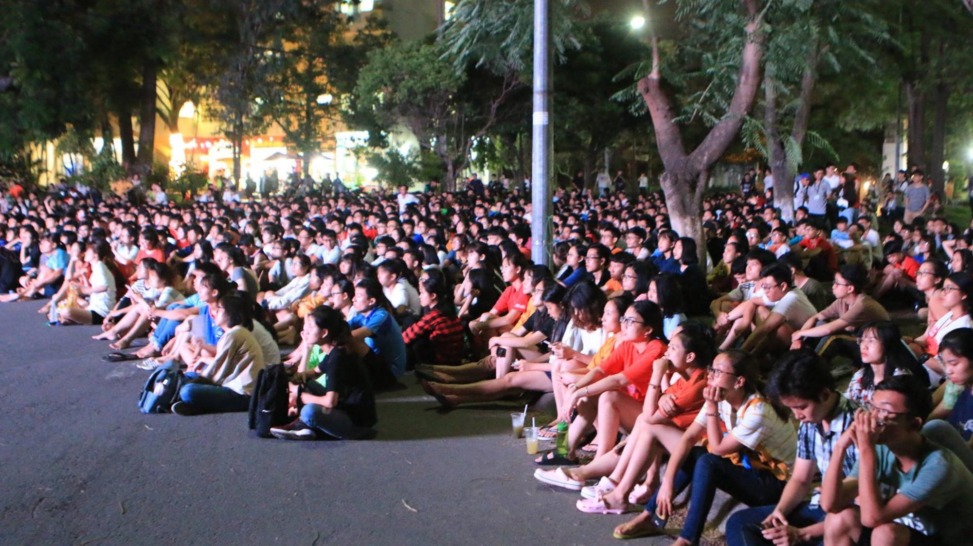 Màn ăn mừng gắt nhất đêm: Mai có tiết kiểm tra, các thanh niên vừa đi bão vừa học bài vừa hô vang Việt Nam vô địch - Ảnh 11.