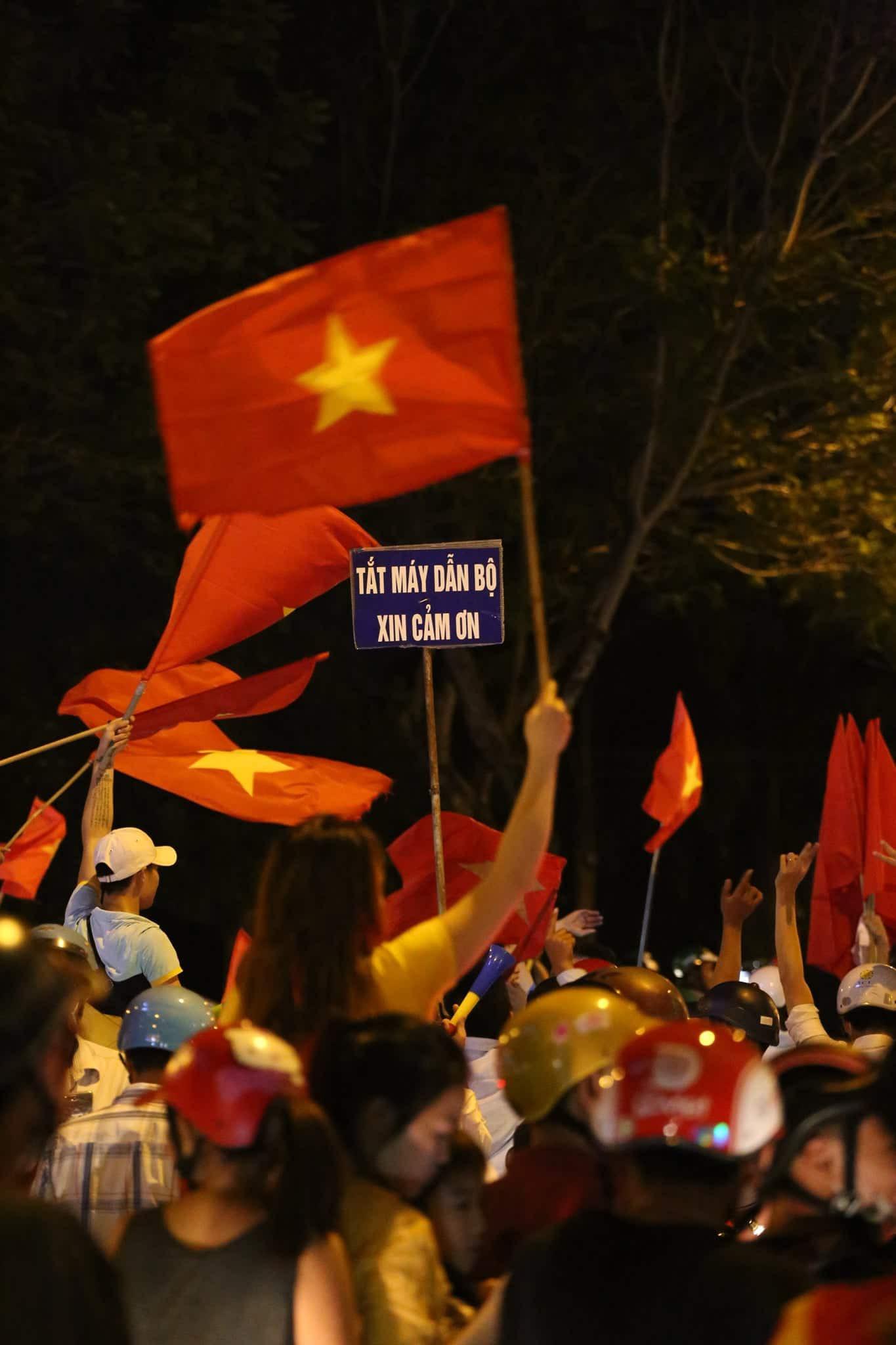 Những hình ảnh giản dị mà hài hước của CĐV Việt Nam trong không khí tưng bừng mừng chiến thắng - Ảnh 2.