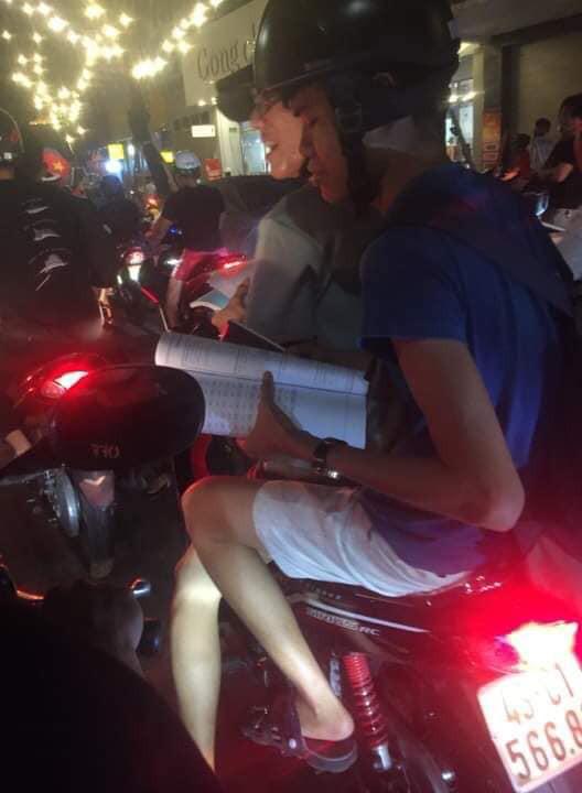 Màn ăn mừng gắt nhất đêm: Mai có tiết kiểm tra, các thanh niên vừa đi bão vừa học bài vừa hô vang Việt Nam vô địch - Ảnh 3.