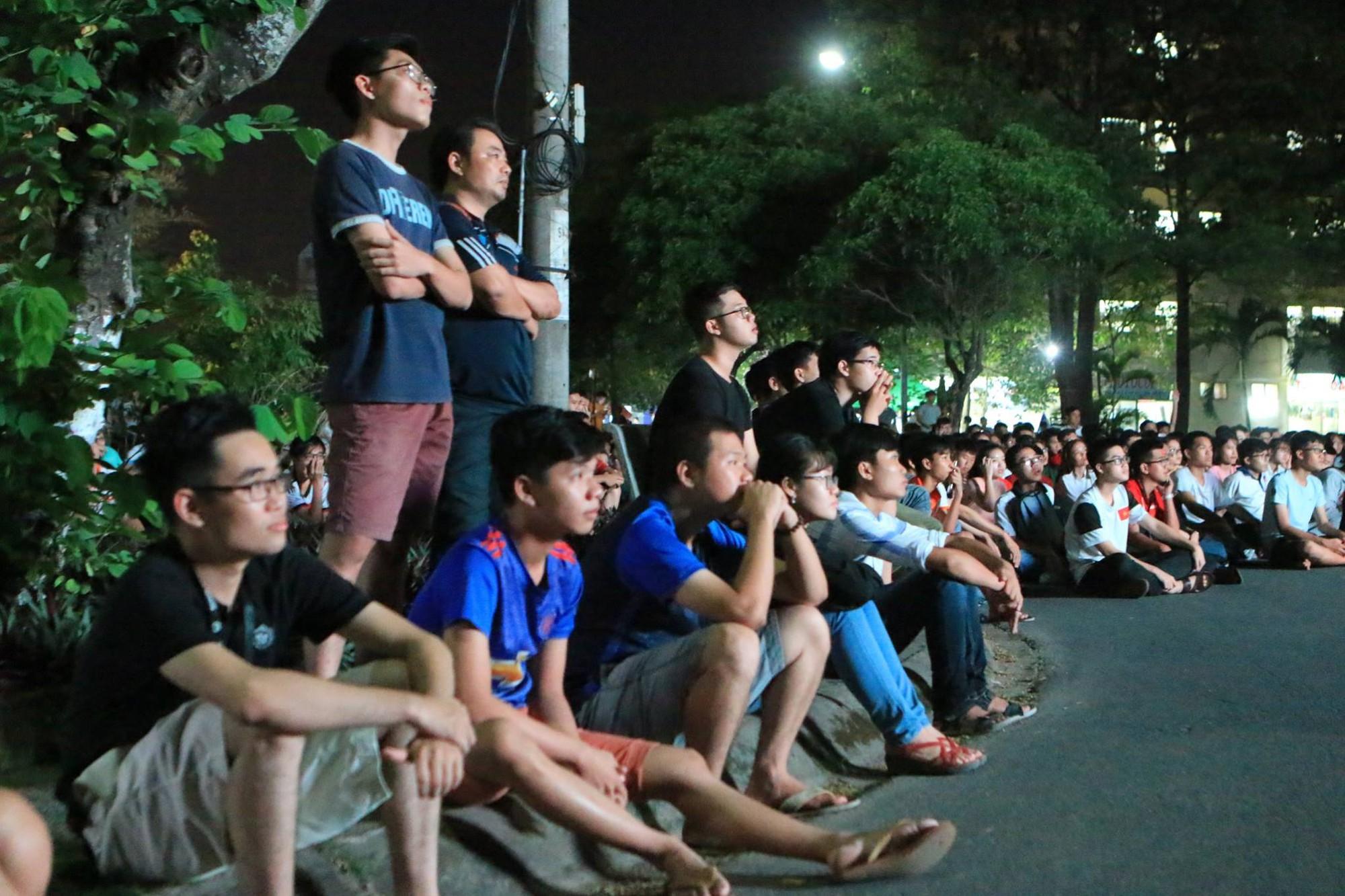 Màn ăn mừng gắt nhất đêm: Mai có tiết kiểm tra, các thanh niên vừa đi bão vừa học bài vừa hô vang Việt Nam vô địch - Ảnh 13.