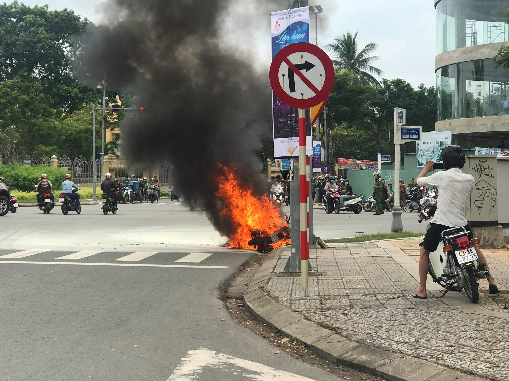 Xe tay ga bốc cháy dữ dội trên đường phố Đà Nẵng, cô gái trẻ tá hỏa bỏ chạy - Ảnh 2.