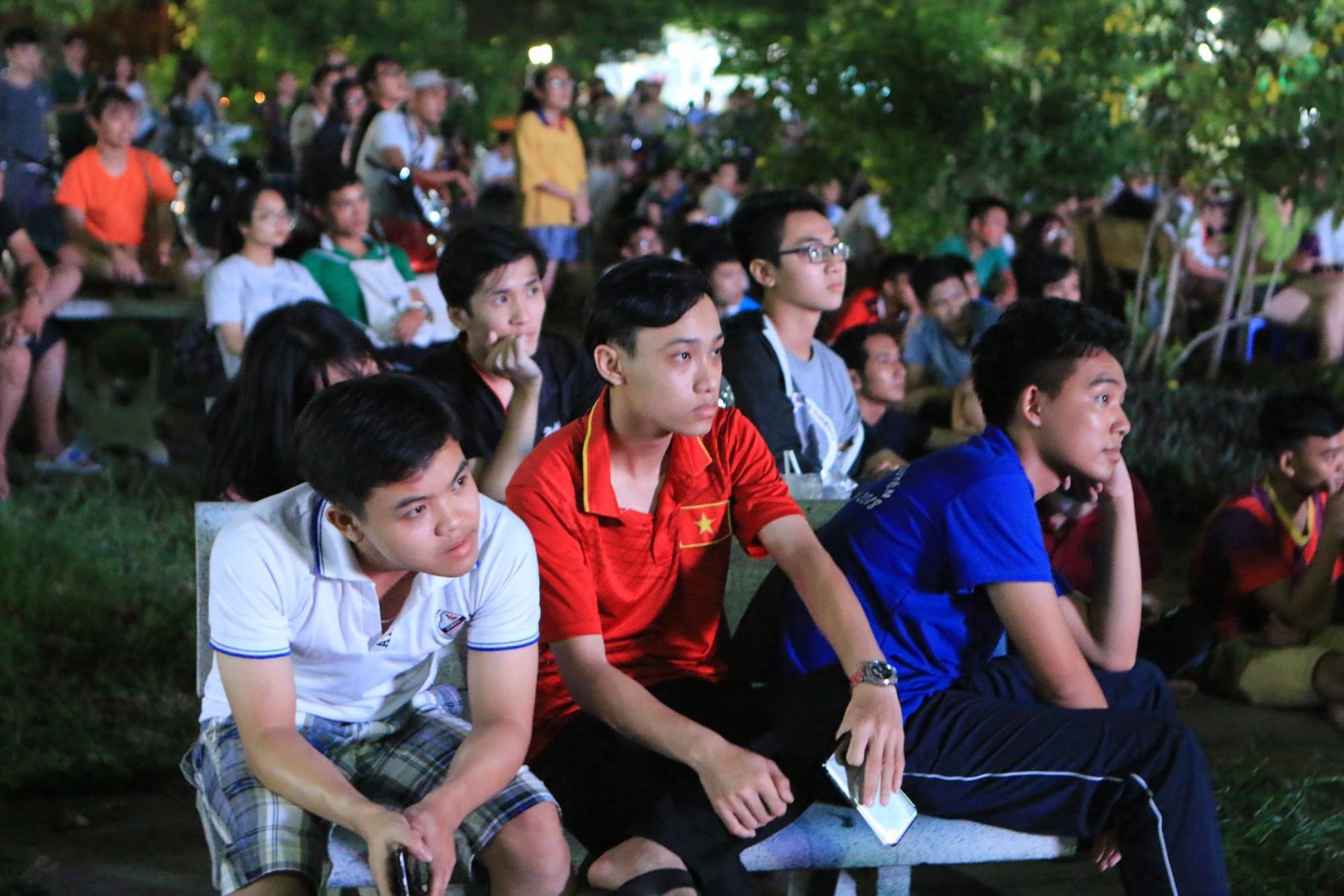 Màn ăn mừng gắt nhất đêm: Mai có tiết kiểm tra, các thanh niên vừa đi bão vừa học bài vừa hô vang Việt Nam vô địch - Ảnh 12.