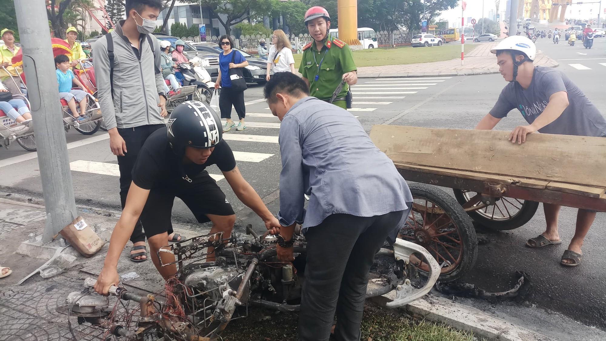 Xe tay ga bốc cháy dữ dội trên đường phố Đà Nẵng, cô gái trẻ tá hỏa bỏ chạy - Ảnh 3.