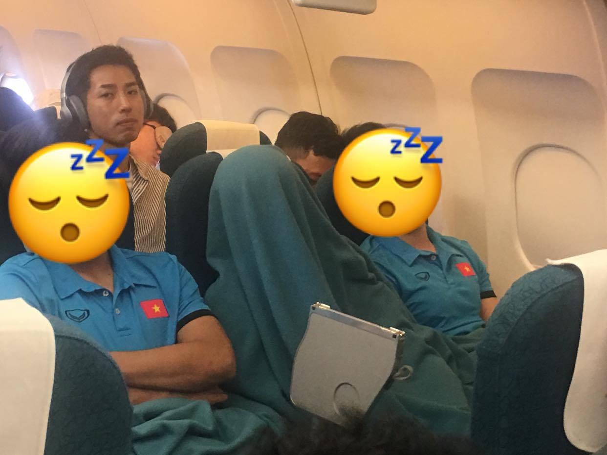 Vừa thương, vừa buồn cười hình ảnh Duy Mạnh trùm kín chăn ngủ trên máy bay tới Malaysia - Ảnh 2.
