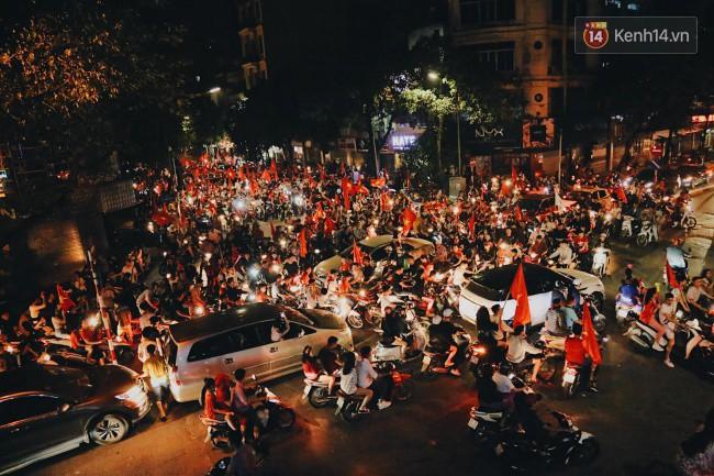 Màn ăn mừng gắt nhất đêm: Mai có tiết kiểm tra, các thanh niên vừa đi bão vừa học bài vừa hô vang Việt Nam vô địch - Ảnh 15.