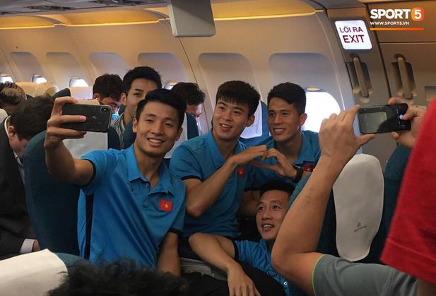 Vừa thương, vừa buồn cười hình ảnh Duy Mạnh trùm kín chăn ngủ trên máy bay tới Malaysia - Ảnh 3.