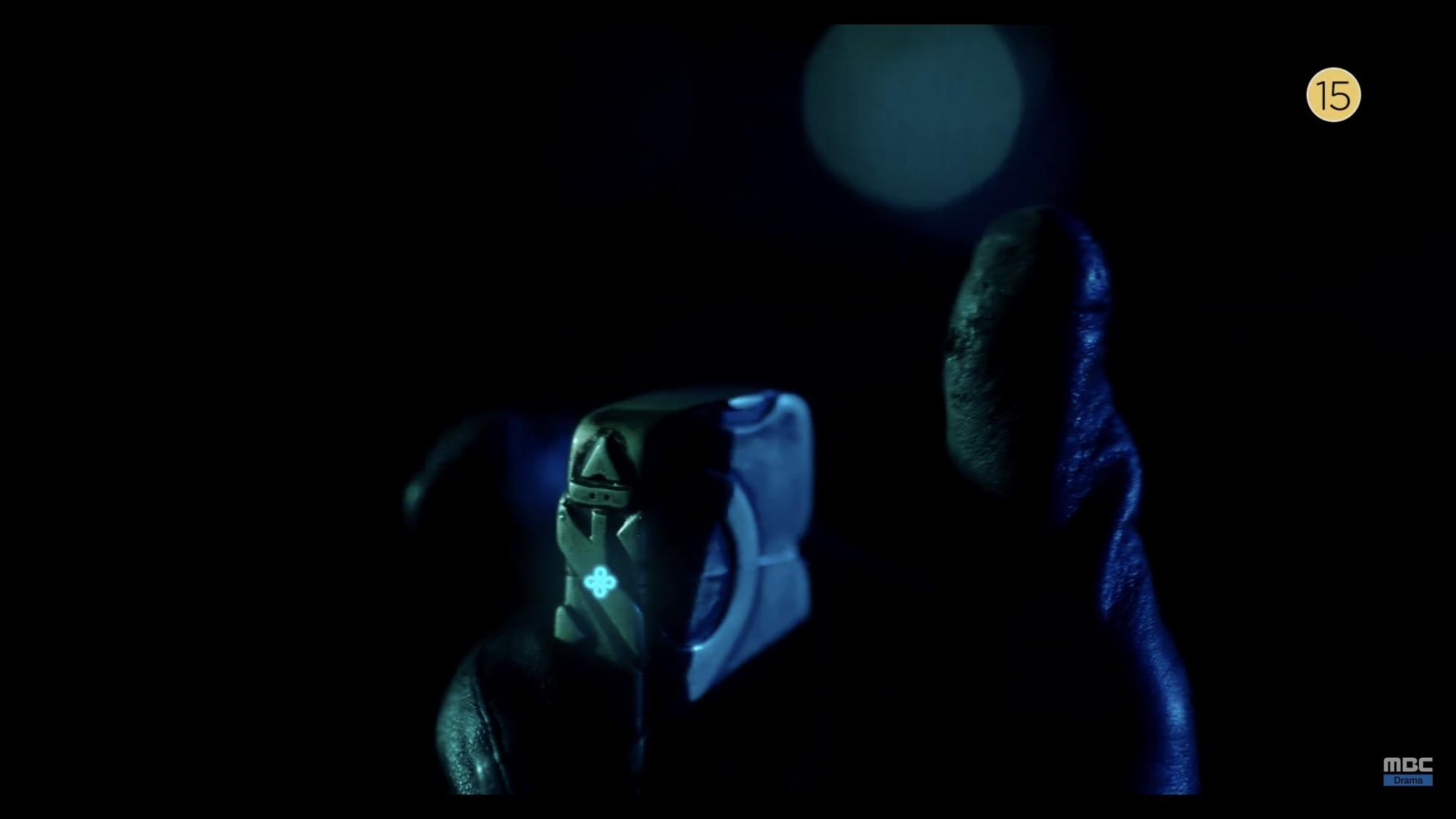 Thái tử Joo Ji Hoon bị siết cổ trong teaser phim mới Item - Ảnh 3.