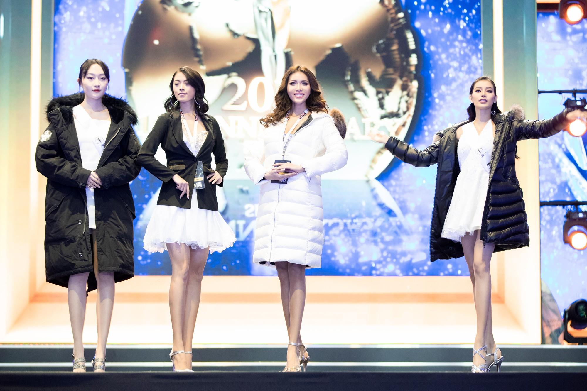 Ba Lan lạnh 0 độ, Minh Tú vẫn cháy hết mình trong buổi tổng duyệt trước chung kết Hoa hậu tối nay - Ảnh 1.
