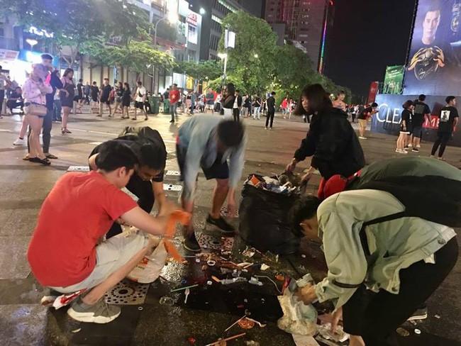 Hình ảnh đẹp: Nhiều bạn trẻ ở Sài Gòn không ngại bẩn, dọn sạch rác trên phố đi bộ sau chiến thắng của Việt Nam - Ảnh 1.
