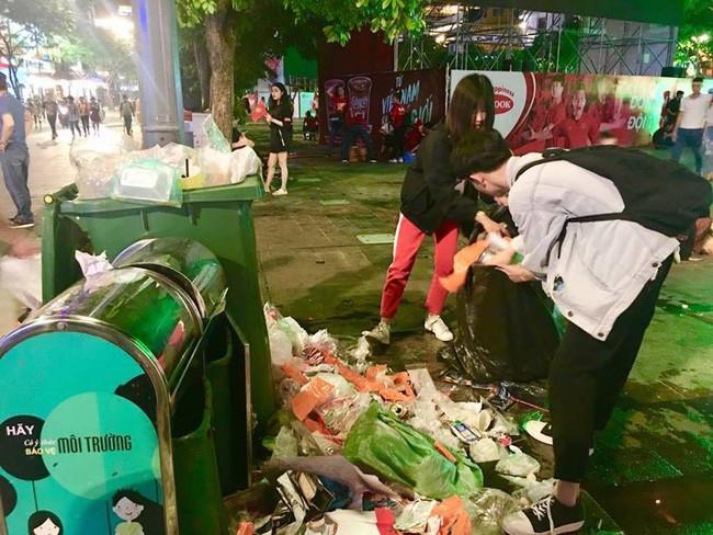 Hình ảnh đẹp: Nhiều bạn trẻ ở Sài Gòn không ngại bẩn, dọn sạch rác trên phố đi bộ sau chiến thắng của Việt Nam - Ảnh 2.