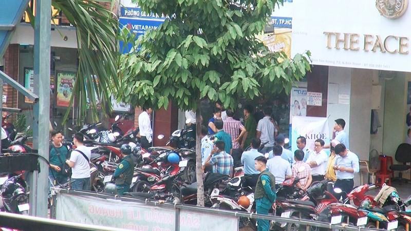2 tên cướp ngân hàng ở Bình Thạnh lấy đi nhiều tiền mặt - Ảnh 2.