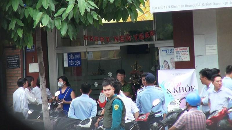 2 tên cướp ngân hàng ở Bình Thạnh lấy đi nhiều tiền mặt - Ảnh 3.