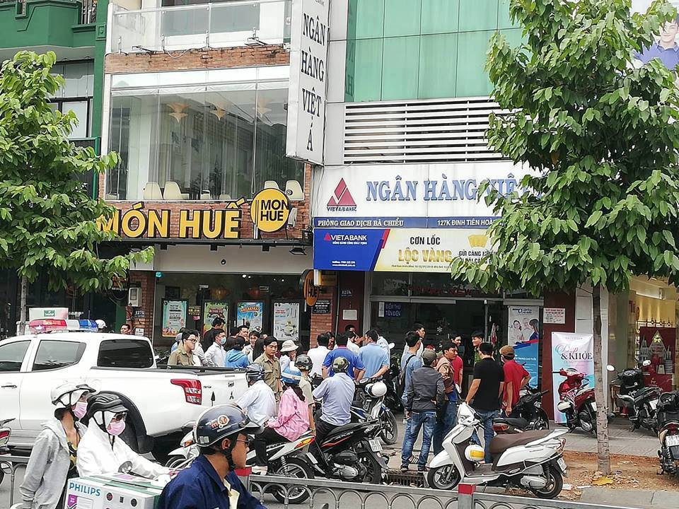Camera ghi nhận đôi nam nữ mang vật giống súng cướp ngân hàng ở Sài Gòn - Ảnh 1.