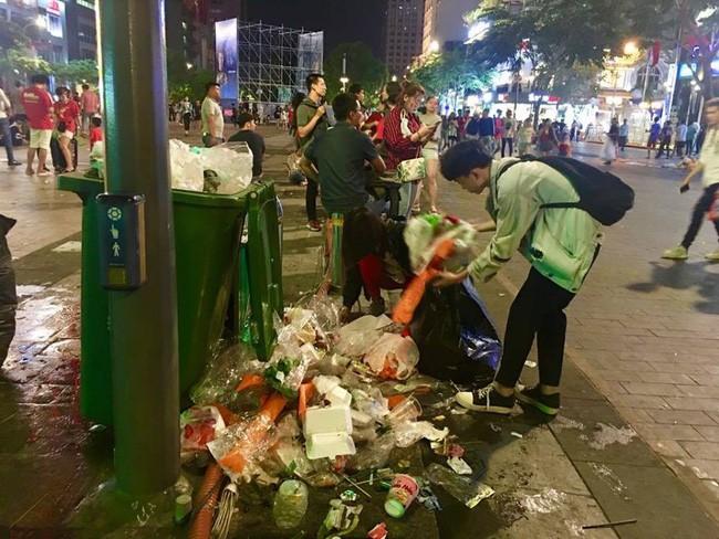 Hình ảnh đẹp: Nhiều bạn trẻ ở Sài Gòn không ngại bẩn, dọn sạch rác trên phố đi bộ sau chiến thắng của Việt Nam - Ảnh 11.
