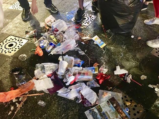 Hình ảnh đẹp: Nhiều bạn trẻ ở Sài Gòn không ngại bẩn, dọn sạch rác trên phố đi bộ sau chiến thắng của Việt Nam - Ảnh 12.