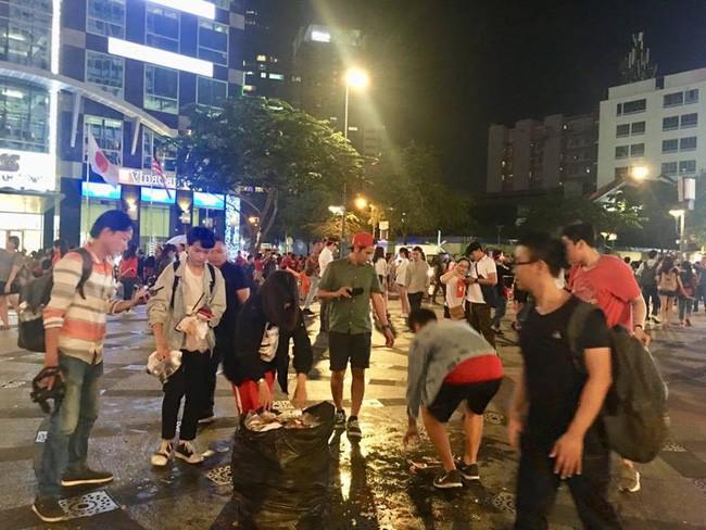 Hình ảnh đẹp: Nhiều bạn trẻ ở Sài Gòn không ngại bẩn, dọn sạch rác trên phố đi bộ sau chiến thắng của Việt Nam - Ảnh 13.