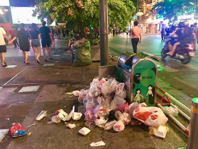 Hình ảnh đẹp: Nhiều bạn trẻ ở Sài Gòn không ngại bẩn, dọn sạch rác trên phố đi bộ sau chiến thắng của Việt Nam - Ảnh 4.
