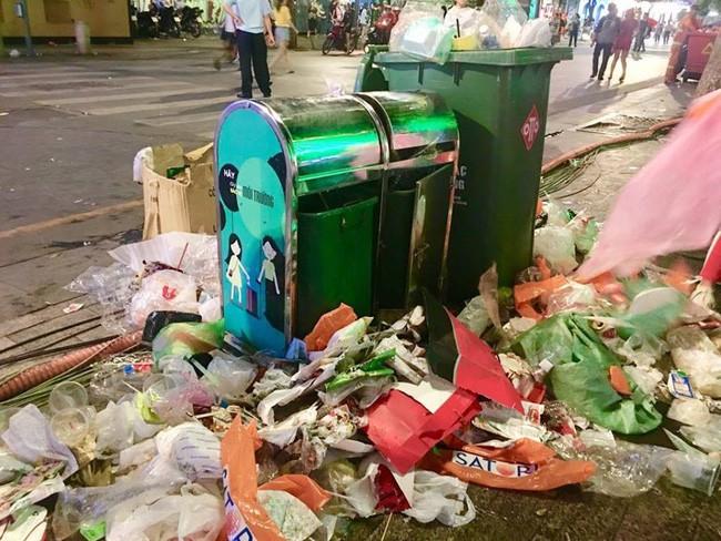 Hình ảnh đẹp: Nhiều bạn trẻ ở Sài Gòn không ngại bẩn, dọn sạch rác trên phố đi bộ sau chiến thắng của Việt Nam - Ảnh 5.