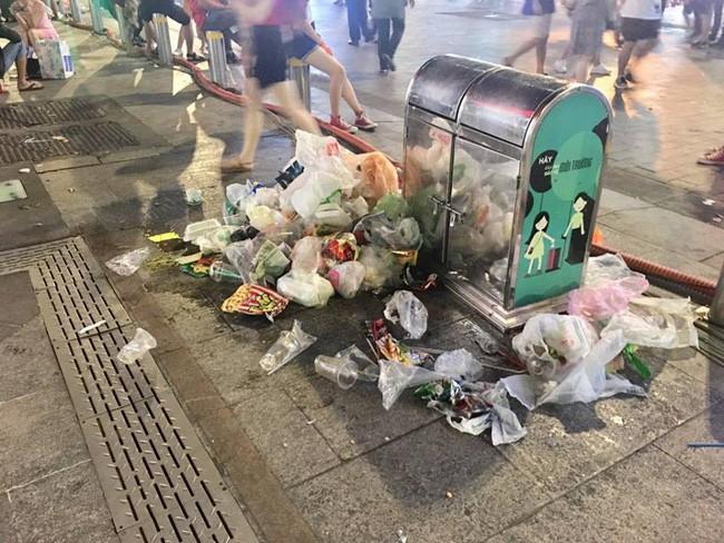 Hình ảnh đẹp: Nhiều bạn trẻ ở Sài Gòn không ngại bẩn, dọn sạch rác trên phố đi bộ sau chiến thắng của Việt Nam - Ảnh 8.