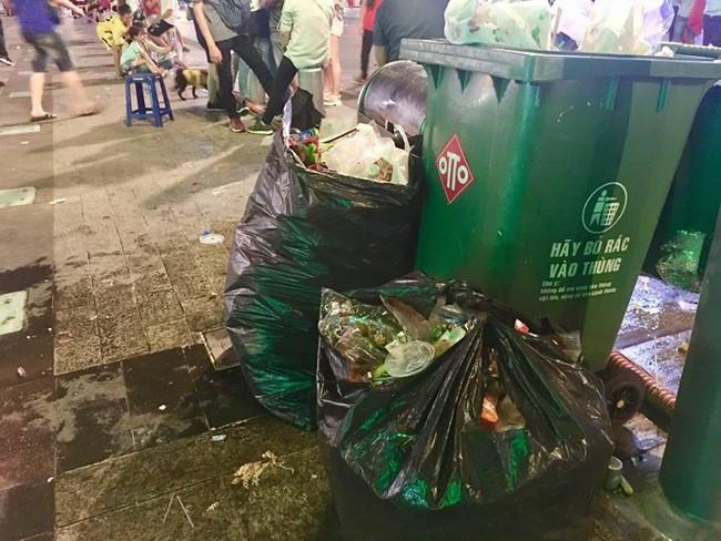 Hình ảnh đẹp: Nhiều bạn trẻ ở Sài Gòn không ngại bẩn, dọn sạch rác trên phố đi bộ sau chiến thắng của Việt Nam - Ảnh 10.