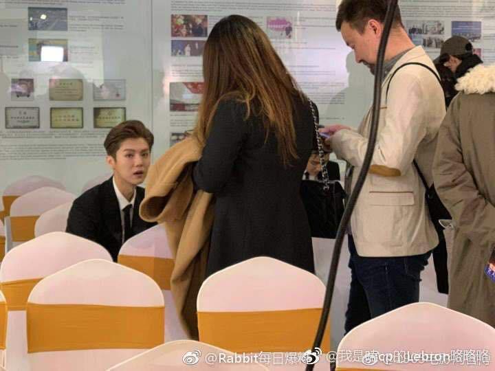 8 khoảnh khắc hot tại Hoa Biểu: Luhan lặng lẽ ngắm nhìn người yêu, Đặng Siêu lôi kéo cả dàn sao khủng chụp selfie - Ảnh 3.