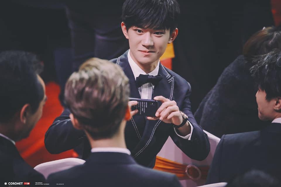 8 khoảnh khắc hot tại Hoa Biểu: Luhan lặng lẽ ngắm nhìn người yêu, Đặng Siêu lôi kéo cả dàn sao khủng chụp selfie - Ảnh 9.