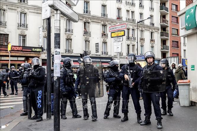 Đóng cửa Tháp Eiffel và các điểm du lịch nổi tiếng, Pháp siết chặt an ninh tại thủ đô Paris - Ảnh 1.