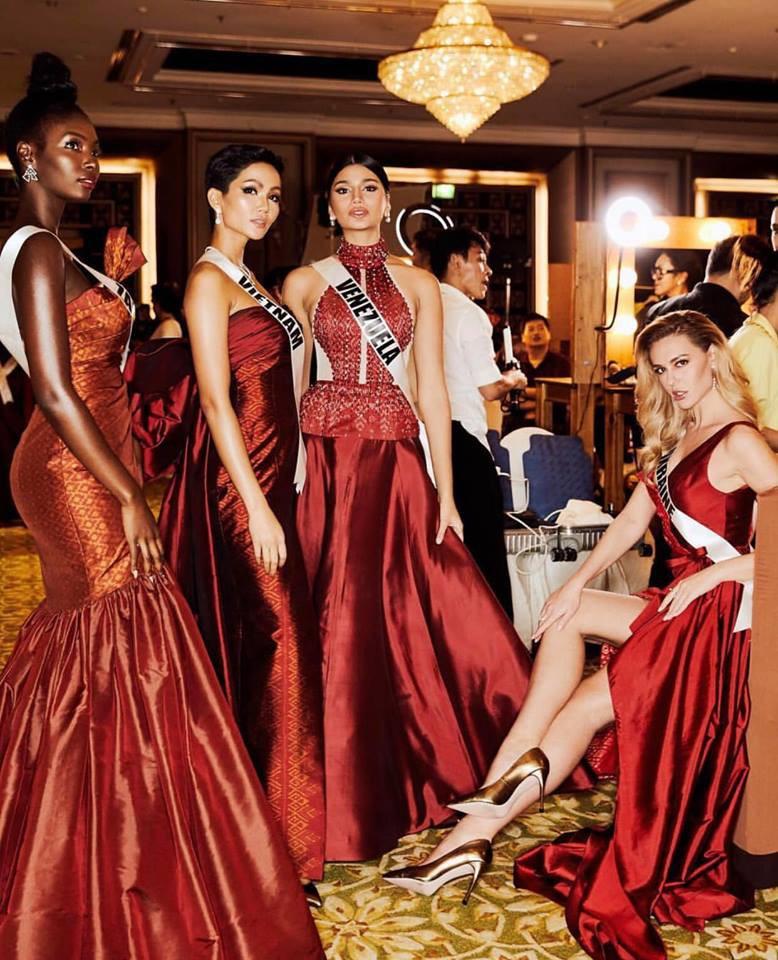 HHen Niê sải bước catwalk chặt chém, cùng dàn mỹ nhân Miss Universe 2018 gấp rút tập luyện cho đêm chung kết - Ảnh 6.