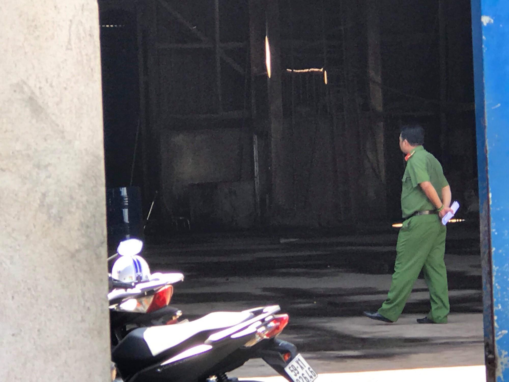 Sang chiết xăng dầu gây cháy kinh hoàng ở Sài Gòn, 2 người nhập viện vì bỏng nặng - Ảnh 3.