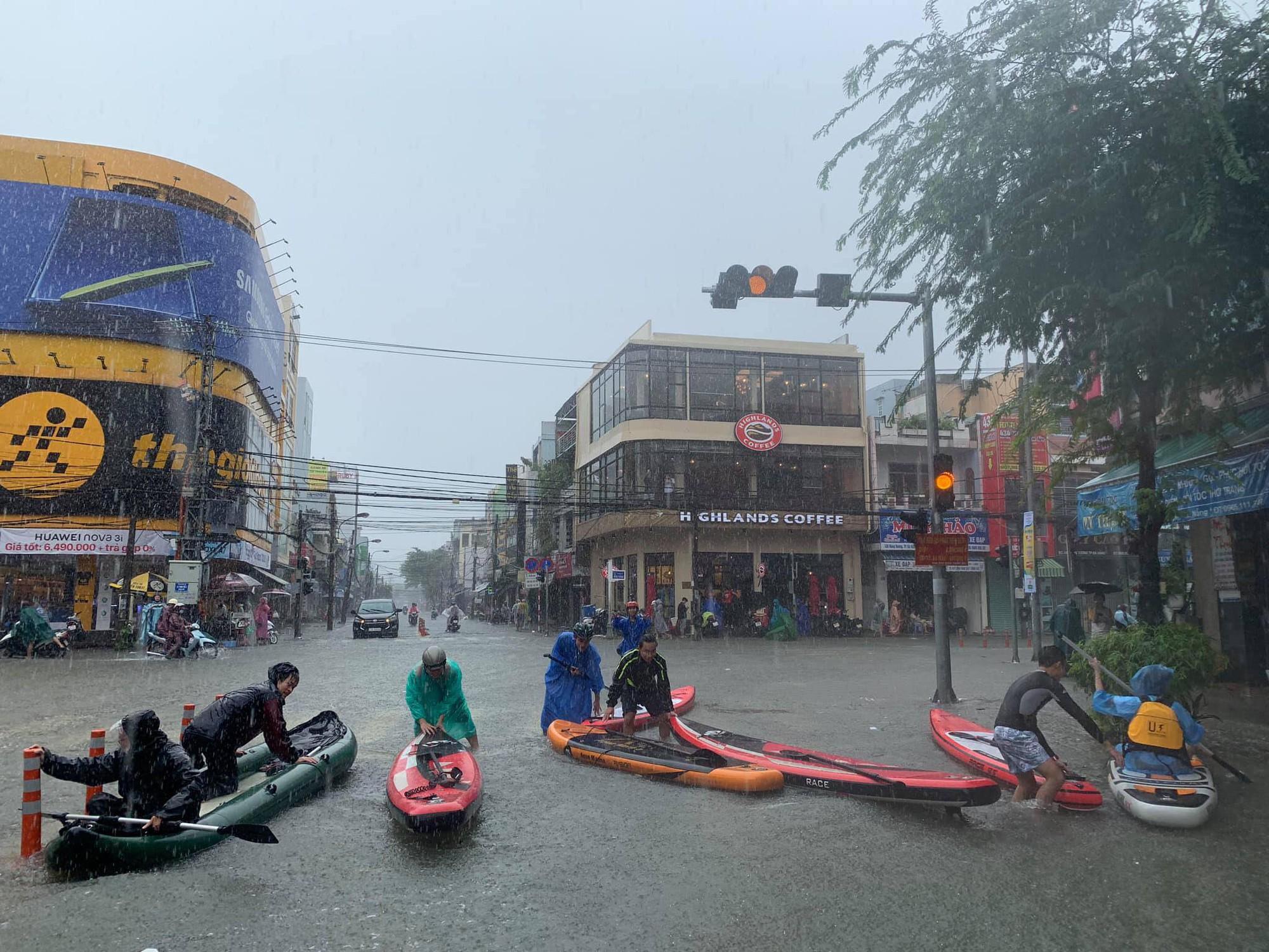 Hình ảnh chưa từng có ở Đà Nẵng: Xuồng bơi trên phố, người dân quăng lưới bắt cá giữa biển nước mênh mông - Ảnh 6.