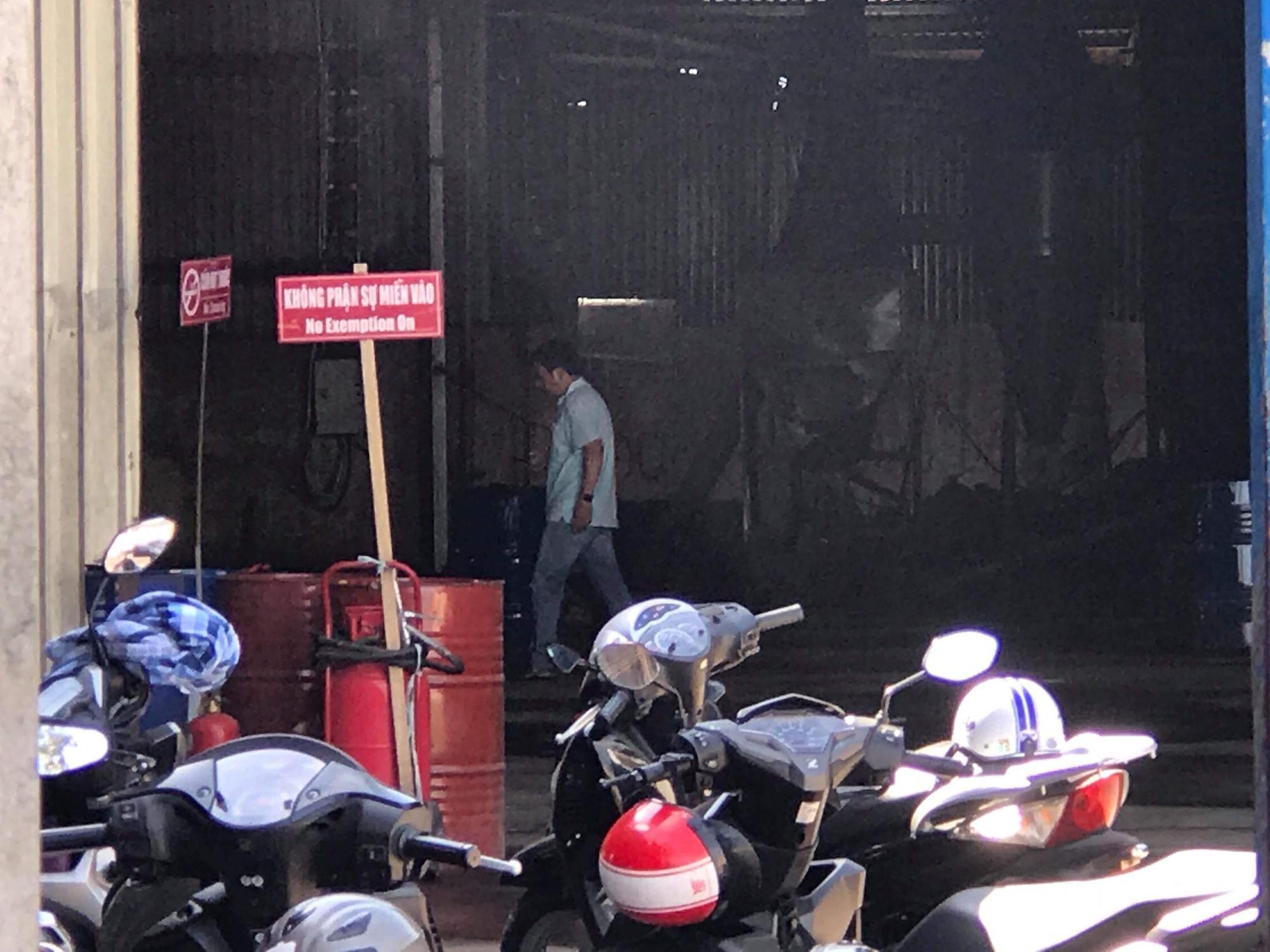 Sang chiết xăng dầu gây cháy kinh hoàng ở Sài Gòn, 2 người nhập viện vì bỏng nặng - Ảnh 1.