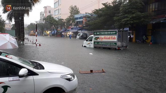 """Đà Nẵng: Phố biến thành sông, hàng loạt nhà dân ngập trong """"biển nước"""" sau trận mưa lớn"""
