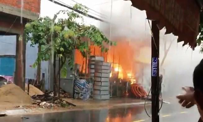 Clip: Tủ điện cháy nổ dữ dội trong lúc mưa như trút nước ở Đà Nẵng - Ảnh 2.