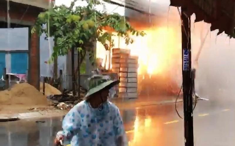 Clip: Tủ điện cháy nổ dữ dội trong lúc mưa như trút nước ở Đà Nẵng - Ảnh 3.