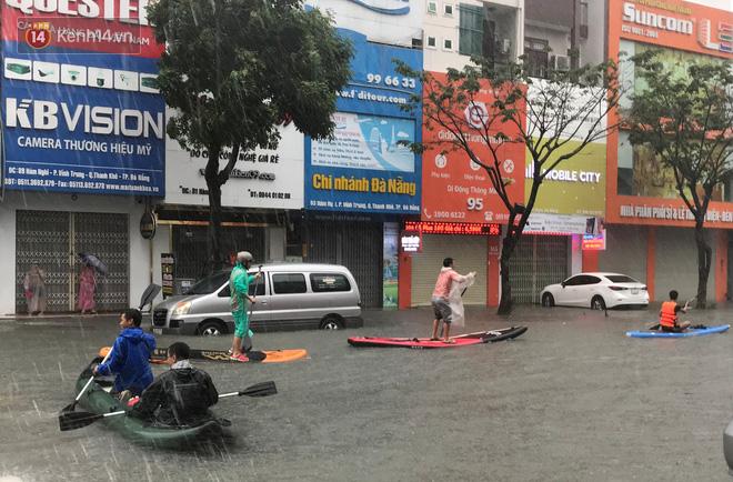 Hình ảnh chưa từng có ở Đà Nẵng: Xuồng bơi trên phố, người dân quăng lưới bắt cá giữa biển nước mênh mông - Ảnh 1.