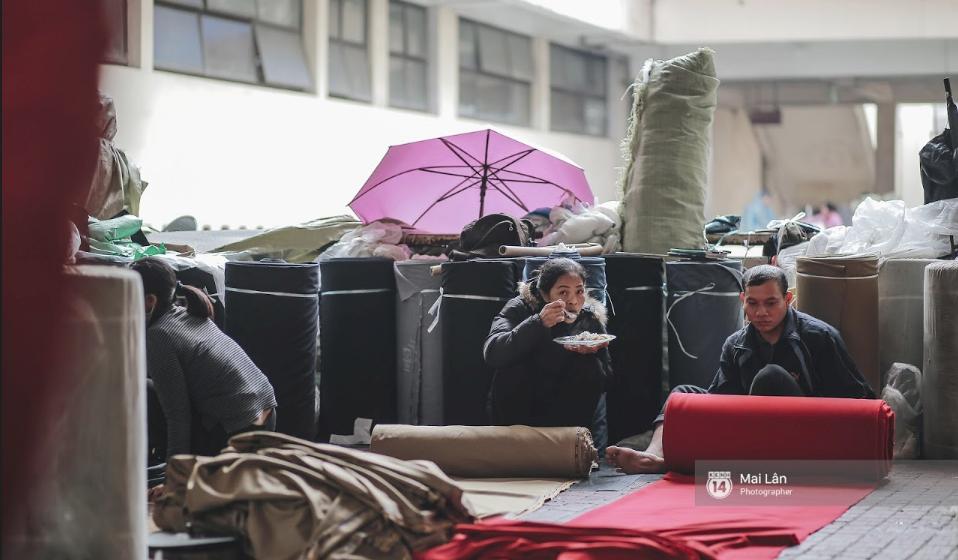 Chùm ảnh: Hà Nội giá rét 10 độ, một chiếc thùng carton hay manh áo mưa cũng khiến người lao động nghèo ấm hơn - Ảnh 13.