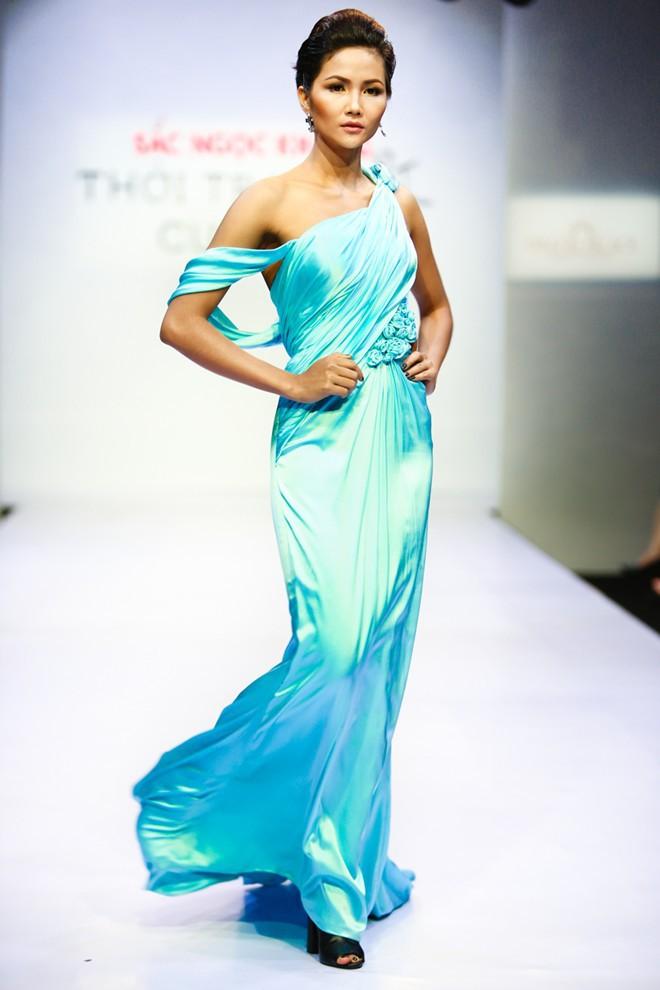 Trước khi đăng quang Hoa hậu, HHen Niê đã là một người mẫu sáng giá với những khoảnh khắc catwalk xuất thần như thế này đây - Ảnh 13.
