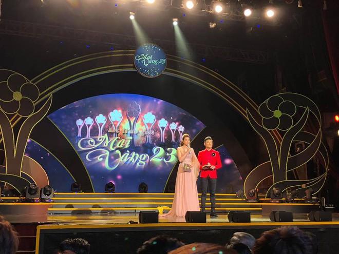 MC Quý Bình buồn và xấu hổ trước hành động cầu hôn bất ngờ của Trường Giang tại lễ trao giải Mai Vàng - Ảnh 2.