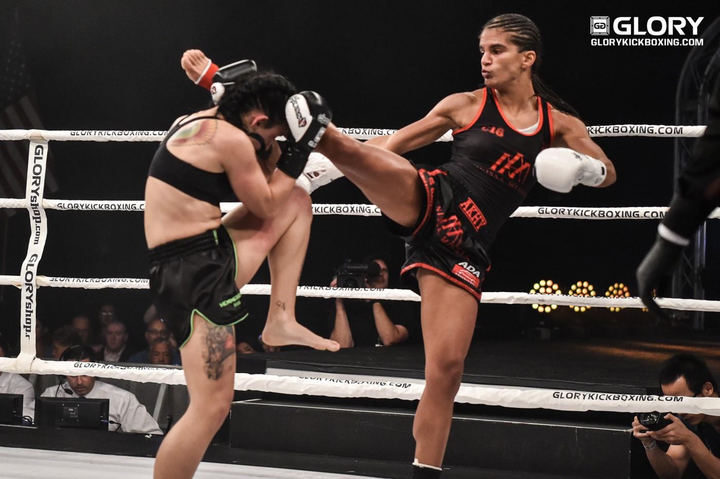 Nữ võ sĩ Muay Thái đá cây chuối gãy gập - Ảnh 4.