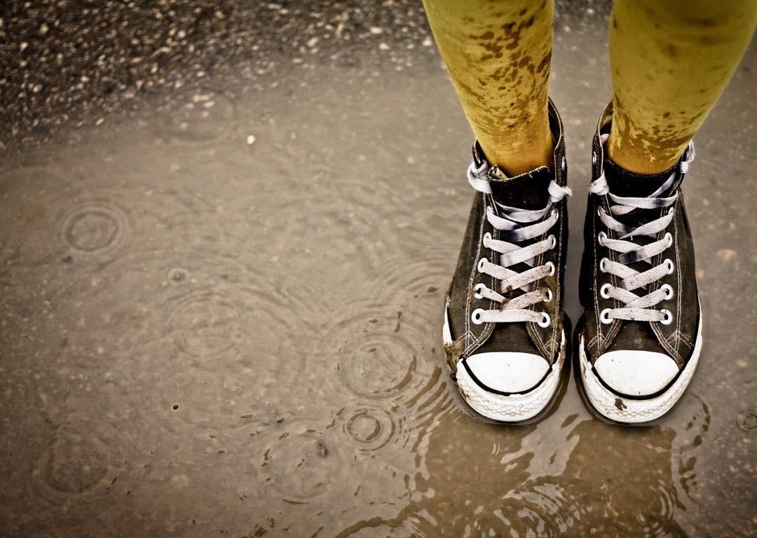 Cứ mưa bẩn thế này thì cũng đến mức phải sắm mấy cái bao giày đi mưa thôi - Ảnh 7.