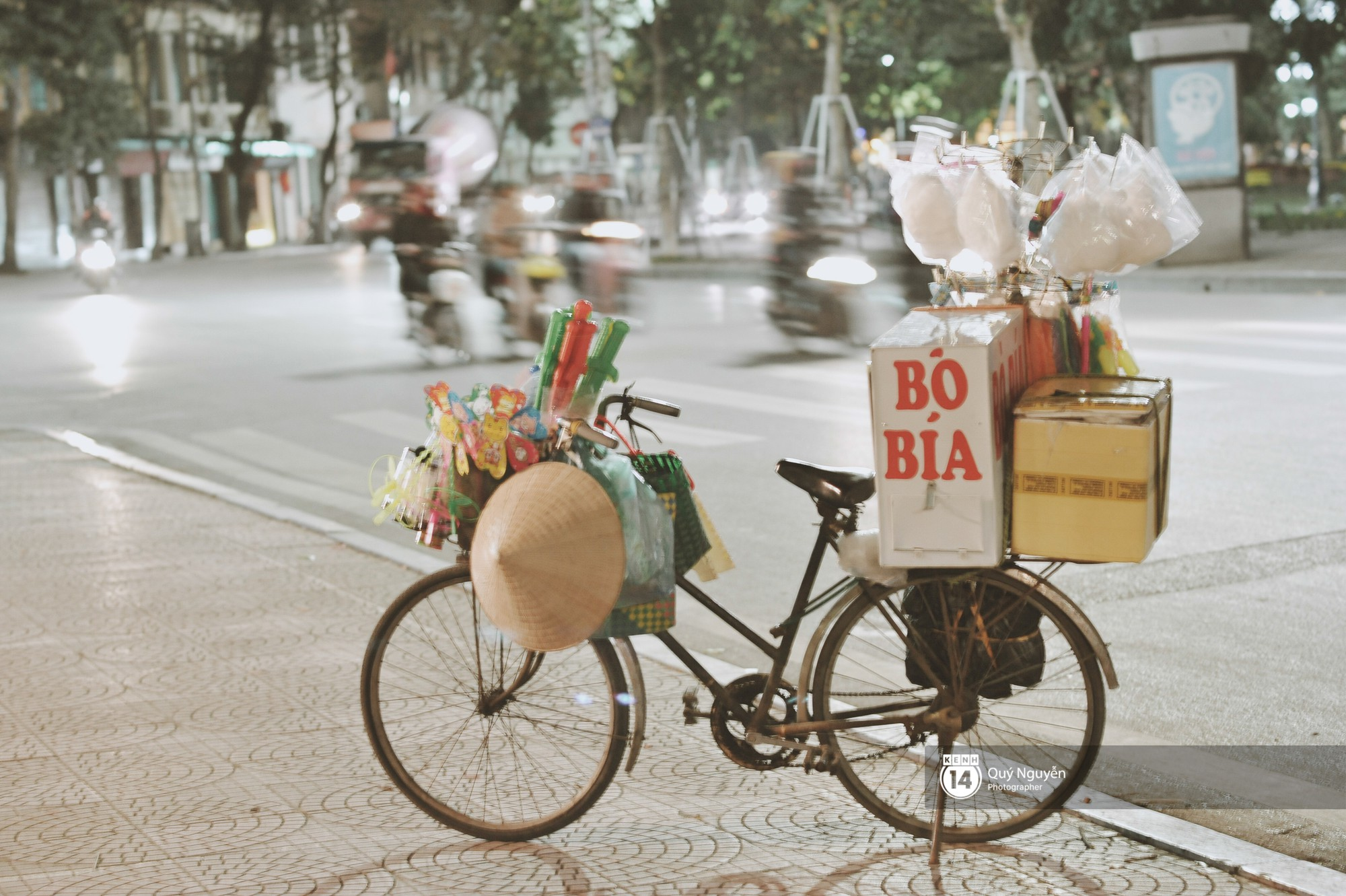 Chùm ảnh: Hà Nội giá rét 10 độ, một chiếc thùng carton hay manh áo mưa cũng khiến người lao động nghèo ấm hơn - Ảnh 18.